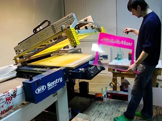 Трафаретная печать на пластиковых коробках